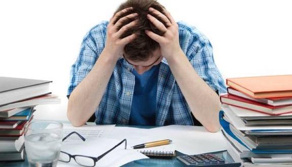 Beccato con lo smartphone agli esami: universitario deve rifare la Maturità