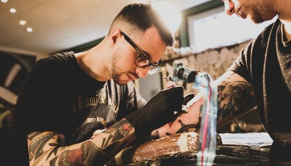 Lavoro in crisi? Non per i tatuatori: le professioni che crescono