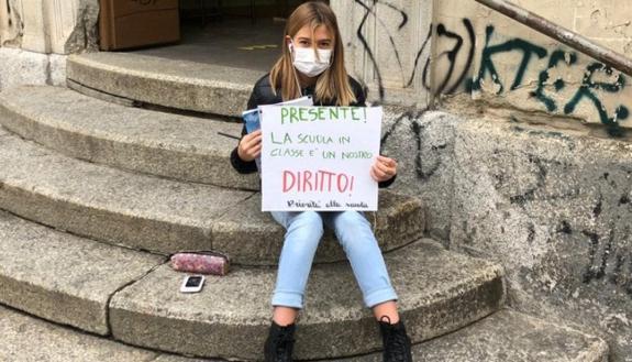 Schools for future, la protesta degli studenti: in DaD seguono lezioni fuori da scuola