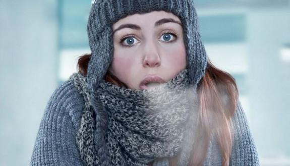 Scuole fredde, per 1 su 3 lezioni in un clima 'polare'. Termosifoni k.o. e spifferi lasciano al gelo i ragazzi