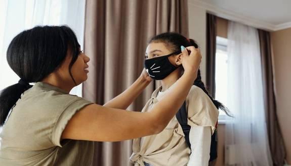 Bimba va a scuola con il gel lubrificante della madre per... disinfettarsi