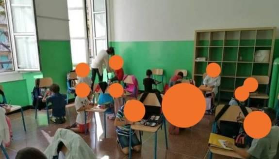Non ci sono banchi a scuola, primo giorno seduti per terra