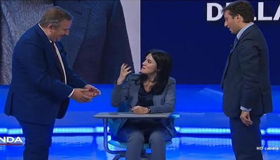 """Scuola: banco singolo, la ministra Azzolina lo """"prova"""" in diretta televisiva"""