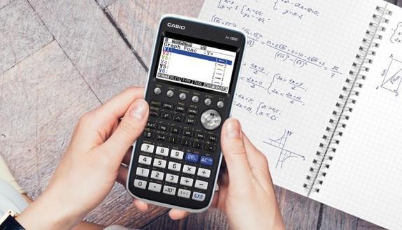 Scuola, un'estate per diventare più tecnologici: tanti prof seguono webinar per portare la calcolatrice grafica in classe