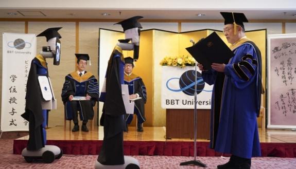 """Un robot si """"laurea"""" al posto degli studenti: cerimonia con Avatar"""