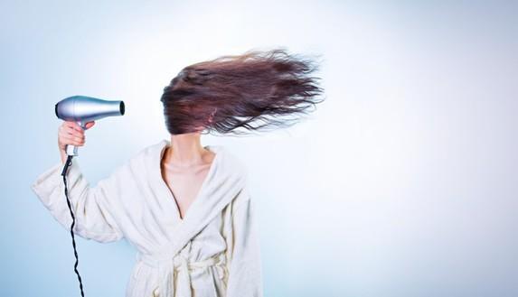 Come tagliarsi i capelli da soli in quarantena