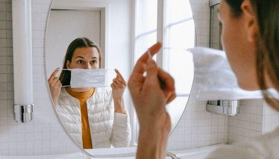 Maskne, è allarme per l'acne da mascherina: come evitarla e come combatterla