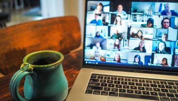 """Fase 2, adolescenti ancora a casa: 1 su 4 è tutto il giorno online. Videochiamata """"salvagente"""" dei rapporti sociali"""