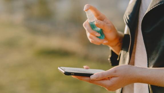 Coronavirus: i migliori strumenti per igienizzare lo smartphone