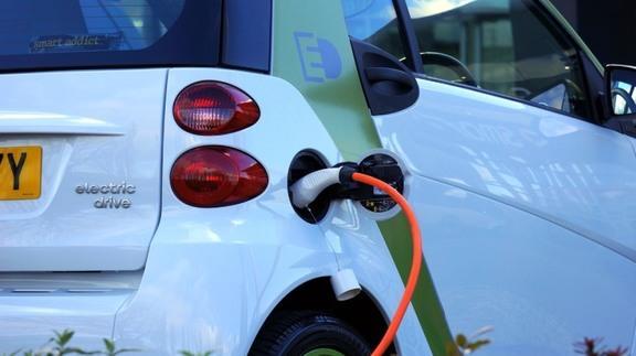 La Generazione Z è green anche nella mobilità: per il 40% l'auto elettrica è trendy