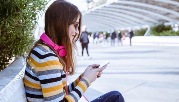Adolescenti e digitale, 1 su 5 è sempre connesso: numeri raddoppiati in dodici mesi. E' allarme sui rischi